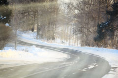 Ρωσικός δρόμος χειμερινών τοπίων στο δάσος Στοκ Εικόνες