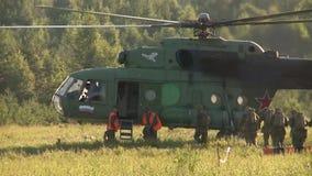 Ρωσικός στρατός Άλμα με τα στρογγυλά αλεξίπτωτα Προσγείωση ελικόπτερο-Mi-8 απόθεμα βίντεο