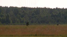 Ρωσικός στρατός Άλμα με τα στρογγυλά αλεξίπτωτα Πτήση και προσγείωση ενός αλεξιπτωτιστή με ένα αλεξίπτωτο απόθεμα βίντεο
