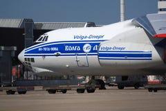 Ρωσικό αεροπλάνο μεταφοράς εμπορευμάτων στην πλατφόρμα φορτίου Στοκ Φωτογραφία