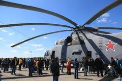 Ρωσικό βαρύ για πολλές χρήσεις ελικόπτερο mi-26 μεταφορών στο αεροδρόμιο Στοκ Φωτογραφίες