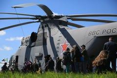 Ρωσικό βαρύ για πολλές χρήσεις ελικόπτερο mi-26 RF-06806 μεταφορών με τον εν πλω αριθμό 53 λευκό Άποψη κατά μήκος της αριστερής π Στοκ φωτογραφία με δικαίωμα ελεύθερης χρήσης