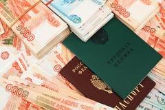 Ρωσικό βιβλίο εργασίας και ένα εκατομμύριο ρούβλια στοκ φωτογραφία με δικαίωμα ελεύθερης χρήσης