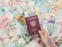 Ρωσικό διαβατήριο με τα χρήματα της Νοτιοανατολικής Ασίας και του αμερικανικού λογαριασμού εκατό δολαρίων Νόμισμα του Χονγκ Κονγκ Στοκ εικόνα με δικαίωμα ελεύθερης χρήσης