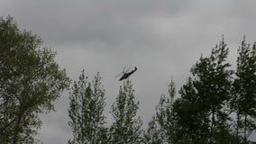 Ρωσικό ελικόπτερο Κα-52, αλλιγάτορας στρατού που εκτελεί τα ακροβατικά απόθεμα βίντεο