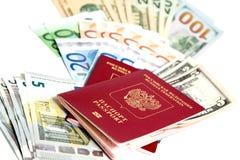 Ρωσικό διαβατήριο και νόμισμα Στοκ εικόνες με δικαίωμα ελεύθερης χρήσης