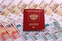 Ρωσικό διαβατήριο στα χρήματα υποβάθρου Στοκ Φωτογραφίες