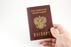 Ρωσικό διαβατήριο υπό εξέταση στοκ φωτογραφία