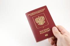 Ρωσικό διεθνές διαβατήριο υπό εξέταση στοκ εικόνα