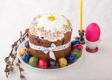 Ρωσικό κέικ Kulich Πάσχας με τα βαμμένα αυγά ορτυκιών Στοκ εικόνα με δικαίωμα ελεύθερης χρήσης