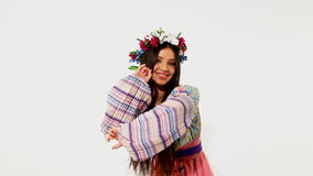 Ρωσικό κορίτσι ομορφιάς με τη γιρλάντα - εθνικός χορός απόθεμα βίντεο