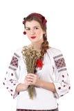 Ρωσικό κορίτσι στο εθνικό κοστούμι με μια ανθοδέσμη Στοκ εικόνα με δικαίωμα ελεύθερης χρήσης