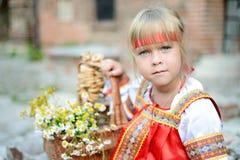 Ρωσικό κορίτσι στο εθνικό κοστούμι Στοκ εικόνα με δικαίωμα ελεύθερης χρήσης