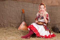 Ρωσικό κορίτσι στο εθνικό φόρεμα Στοκ εικόνα με δικαίωμα ελεύθερης χρήσης