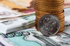 Ρωσικό νόμισμα, νομίσματα σωρών και τραπεζογραμμάτια Στοκ Φωτογραφία