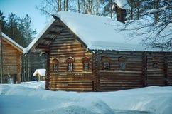 Ρωσικό παραδοσιακό ξύλινο σπίτι αγροτών Στοκ εικόνα με δικαίωμα ελεύθερης χρήσης