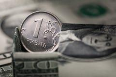 Ρωσικό ρούβλι σε ένα κιβώτιο που γίνεται από τα αμερικανικά δολάρια Στοκ Φωτογραφίες