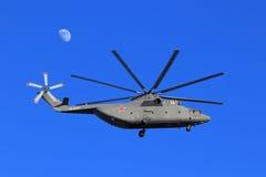 Ρωσικό στρατιωτικό βαρύ ελικόπτερο mi-26 μεταφορών κατά την πτήση Στοκ Εικόνα
