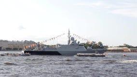 Ρωσικό σύγχρονο στρατιωτικό θωρηκτό στην παρέλαση σε Άγιο Πετρούπολη στις βάρκες ποταμών και τουριστών Neva απόθεμα βίντεο