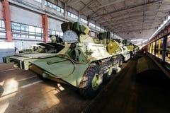 Ρωσικό τεθωρακισμένο όχημα μεταφοράς προσωπικό με ένα όπλο στο υπόστεγο Στοκ φωτογραφίες με δικαίωμα ελεύθερης χρήσης