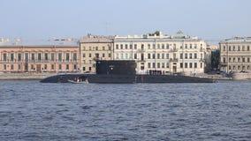 Ρωσικό υποβρύχιο βελτιωμένο κατηγορία κιλό ` Krasnodar ` στον ποταμό Neva απόθεμα βίντεο