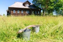 Ρωσικό χωριό τη θερινή ηλιόλουστη ημέρα στοκ φωτογραφίες