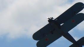 Ρωσικό biplane αεροσκαφών An2 που πετά στο μπλε ουρανό απόθεμα βίντεο
