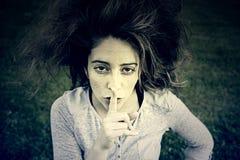 ρωτά τη σιωπή κοριτσιών Στοκ Φωτογραφίες