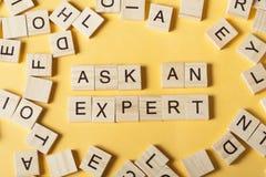 Ρωτήστε ένα ΕΙΔΙΚΟ κείμενο στους ξύλινους κύβους Ξύλινο ABC Στοκ φωτογραφία με δικαίωμα ελεύθερης χρήσης