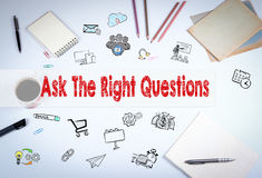 Ρωτήστε τη σωστή έννοια ερωτήσεων Η συνεδρίαση στον άσπρο πίνακα γραφείων Στοκ Φωτογραφία