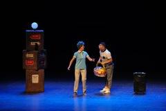 Ρωτώντας το τετράγωνο άλματος τρόπος-σκίτσων χορεψτε οι θεία-απλοί άνθρωποι το μεγάλο στάδιο Στοκ Εικόνα