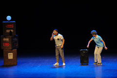 Ρωτώντας το τετράγωνο άλματος τρόπος-σκίτσων χορεψτε οι θεία-απλοί άνθρωποι το μεγάλο στάδιο Στοκ φωτογραφία με δικαίωμα ελεύθερης χρήσης