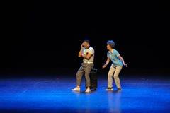 Ρωτώντας το τετράγωνο άλματος τρόπος-σκίτσων χορεψτε οι θεία-απλοί άνθρωποι το μεγάλο στάδιο Στοκ φωτογραφίες με δικαίωμα ελεύθερης χρήσης