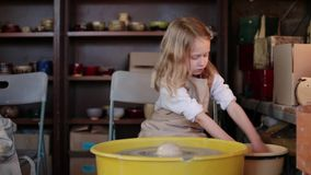 Ρόδα αγγειοπλάστη στο εργαστήριο αγγειοπλαστικής Αγγειοπλαστική Handcraft μέσα απόθεμα βίντεο