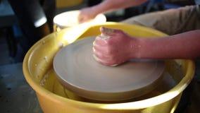 Ρόδα αγγειοπλάστη στο εργαστήριο αγγειοπλαστικής Αγγειοπλαστική Handcraft μέσα χέρια παιδιών που λειτουργούν στη ρόδα αγγειοπλαστ φιλμ μικρού μήκους