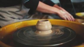 Ρόδα αγγειοπλάστη στο εργαστήριο αγγειοπλαστικής Αγγειοπλαστική Handcraft μέσα χέρια γυναίκας που λειτουργούν στη ρόδα αγγειοπλασ απόθεμα βίντεο