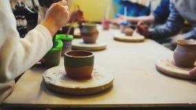 Ρόδα αγγειοπλάστη στο εργαστήριο αγγειοπλαστικής Αγγειοπλαστική Handcraft μέσα χέρια παιδιών που λειτουργούν στη ρόδα αγγειοπλαστ απόθεμα βίντεο