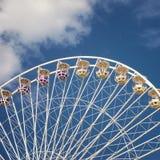 Ρόδα καρναβαλιού Ferris μπλε σε πονηρό με το σύννεφο Στοκ Φωτογραφίες