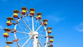 Ρόδα λούνα παρκ σε μια ασυννέφιαστη ηλιόλουστη ημέρα στοκ εικόνα με δικαίωμα ελεύθερης χρήσης