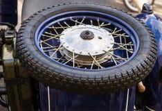 Ρόδα μοτοσικλετών Πλαίσιο μιας ακτίνας σε ένα υπόβαθρο ενός μπλε υποβάθρου techno μοτοσικλετών αναδρομικού Στοκ φωτογραφία με δικαίωμα ελεύθερης χρήσης