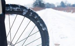 Ρόδα ποδηλάτων στο χιόνι, ποδήλατο το χειμώνα στο χιόνι, για να οδηγήσει ένα ποδήλατο το χειμώνα στο χιόνι Στοκ Εικόνες