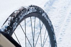 Ρόδα ποδηλάτων στο χιόνι, ποδήλατο το χειμώνα στο χιόνι, για να οδηγήσει ένα ποδήλατο το χειμώνα στο χιόνι Στοκ Φωτογραφίες