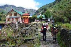 Ρόδα προσευχής με τους αχθοφόρους σε Phakding, οδοιπορικό στρατόπεδων βάσεων Everest, Νεπάλ Στοκ φωτογραφία με δικαίωμα ελεύθερης χρήσης