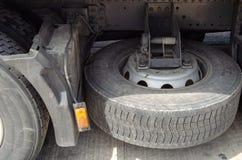 Ρόδα του μεγάλων φορτηγού και των ρυμουλκών στην οδό στοκ εικόνες με δικαίωμα ελεύθερης χρήσης