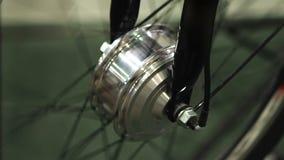 Ρόδα του ποδηλάτου που περιστρέφεται στο τεχνικό εργαστήριο συντήρησης, χόμπι ανακύκλωσης απόθεμα βίντεο