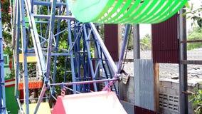 Ρόδα Ferris με πολύχρωμο στο λούνα παρκ Αναδρομικός τρύγος ύφους Underside άποψη μιας ρόδας Ferris απόθεμα βίντεο