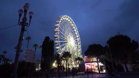 Ρόδα Ferris στη γιγαντιαία ρόδα ροδών νύχτας πανοραμική στη Νίκαια απόθεμα βίντεο