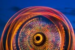 Ρόδα Ferris στη μακροχρόνια έκθεση λυκόφατος Στοκ Εικόνα