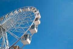 Ρόδα Ferris στο υπόβαθρο μπλε ουρανού στοκ εικόνες