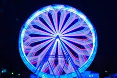 Ρόδα Ferris στο φωτισμό χρώματος νύχτας κινήσεων στοκ εικόνα